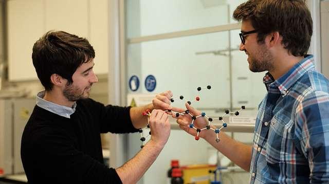Théophile Gaudin et Philippe Schwaller ont développé IBM RXN for Chemistry, un modèle qui prédit les produits d'une réaction chimique. © IBM Research, Flickr, CC by-nd 2.0