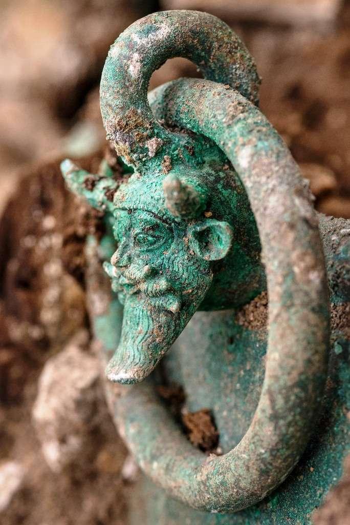 Une autre vue du chaudron en bronze aux anses décorées du dieu grec Achéloos. © Denis Gliksman, Inrap