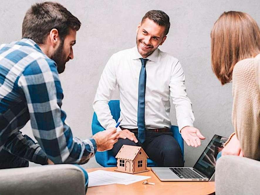 Plus le professionnel du financement compte de banques partenaires, plus on a de chance d'obtenir un montage « prêt immobilier/assurance emprunteur » avantageux. © Easy Finance