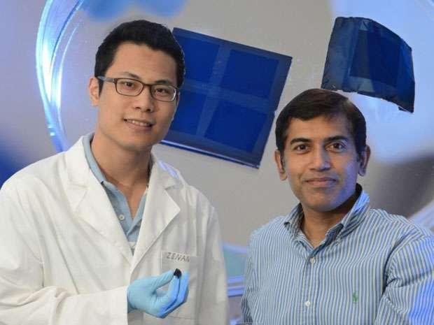 L'équipe de chercheurs de l'université de Floride centrale à l'origine du câble-batterie. À droite, le professeur Jayan Thomas en compagnie de son doctorant Zenan Yu. © Université de Floride centrale