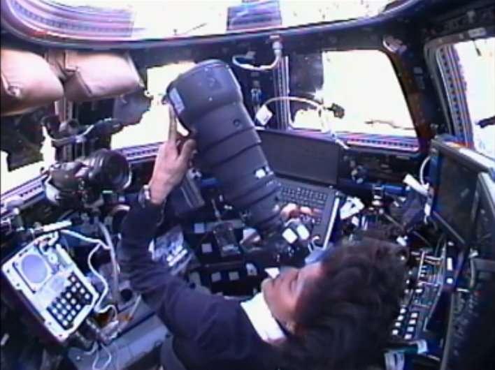 Dans la coupole, Sunita Williams, avant de s'occuper du Canadarm2, profite du vol en patrouille avec la capsule Dragon pour la photographier. © Nasa TV