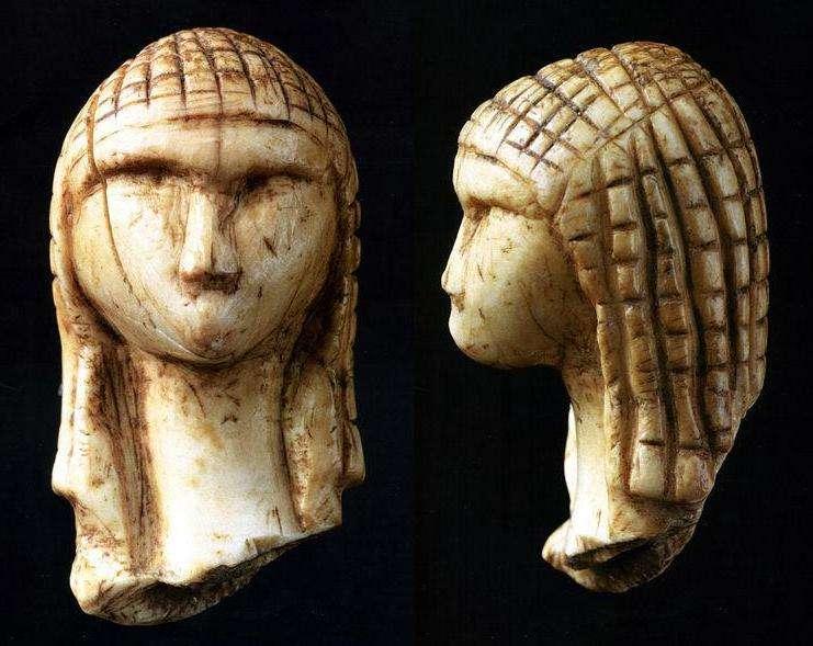 La Dame de Brassempouy (ou Dame à la Capuche) est un fragment de statuette en ivoire. Elle date de 21.000 av. J.-C. (Paléolithique supérieur) et a été retrouvée dans les Landes. C'est l'une des plus anciennes représentations réalistes de visage humain. © Jean-Gilles Berizzi et Elapied, Wikipédia, DP