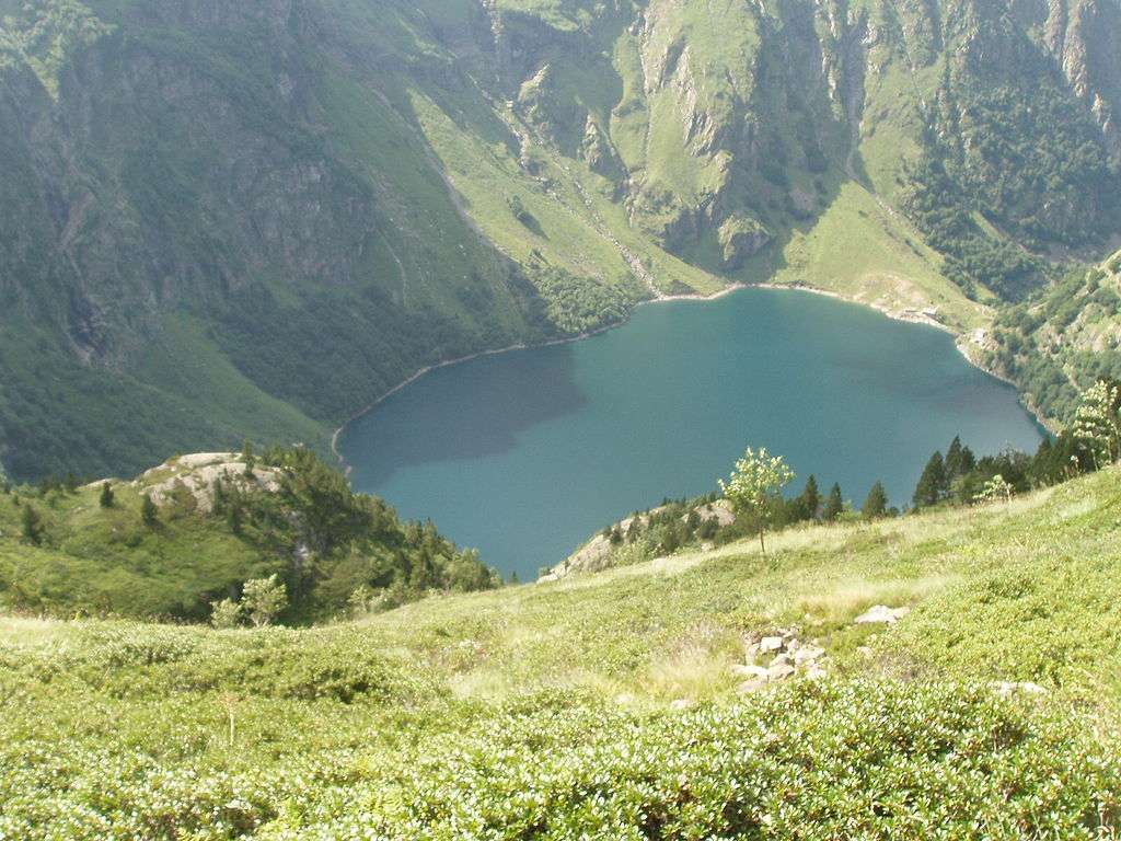Lac d'Oô dans les Pyrénées, vu du sentier GR10, en venant du Céciré. © AchilleT, Wikimedia Commons, DP