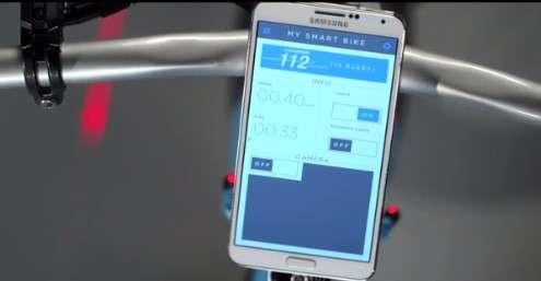 Le smartphone Samsung qui pilote les fonctions du vélo intelligent est fixé à la potence grâce à un support magnétique. Il dispose de plusieurs applications, dont l'une enregistre les parcours les plus fréquents et permet au cycliste de les soumettre aux services municipaux pour demander l'ajout de pistes cyclables. © Samsung