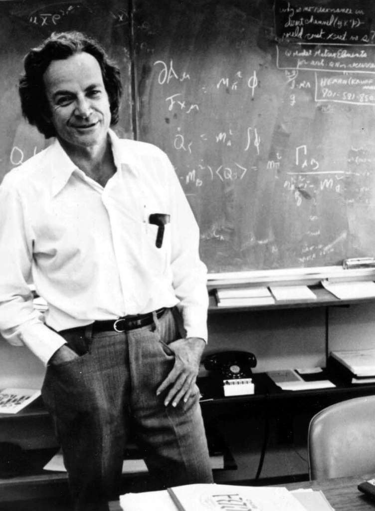 Richard Feynman était un physicien de génie et un enseignant hors pair. En reformulant la théorie quantique à l'aide de son intégrale de chemin, il a révolutionné la théorie quantique des champs et des particules élémentaires. On lui doit des réflexions visionnaires sur la nanotechnologie et les ordinateurs quantiques. © American Institute of Physics