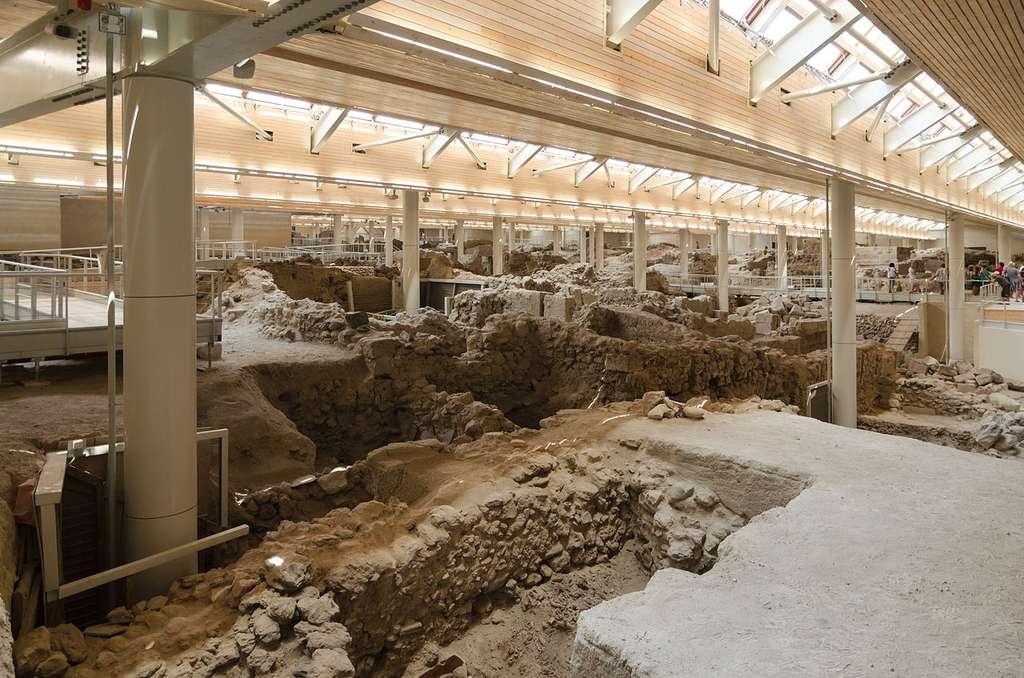 Le site des fouilles d'Akrotiri protégé par le nouveau toit, en 2012. © Norbert Nagel, cc by nc 3.0