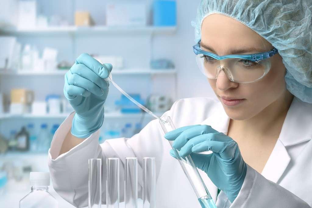 Le chimiste analytique est à la pointe de l'innovation en réalisant de multiples expériences. © tilialucida, Fotolia.
