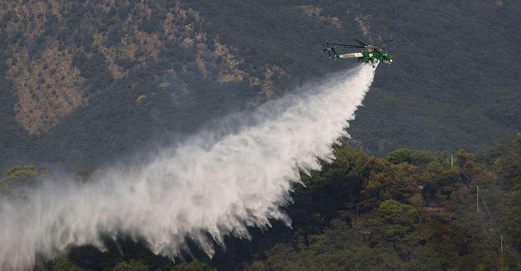L'hélicoptère dispersant de l'eau. © Marco Bernardini - CC BY-SA 3.0