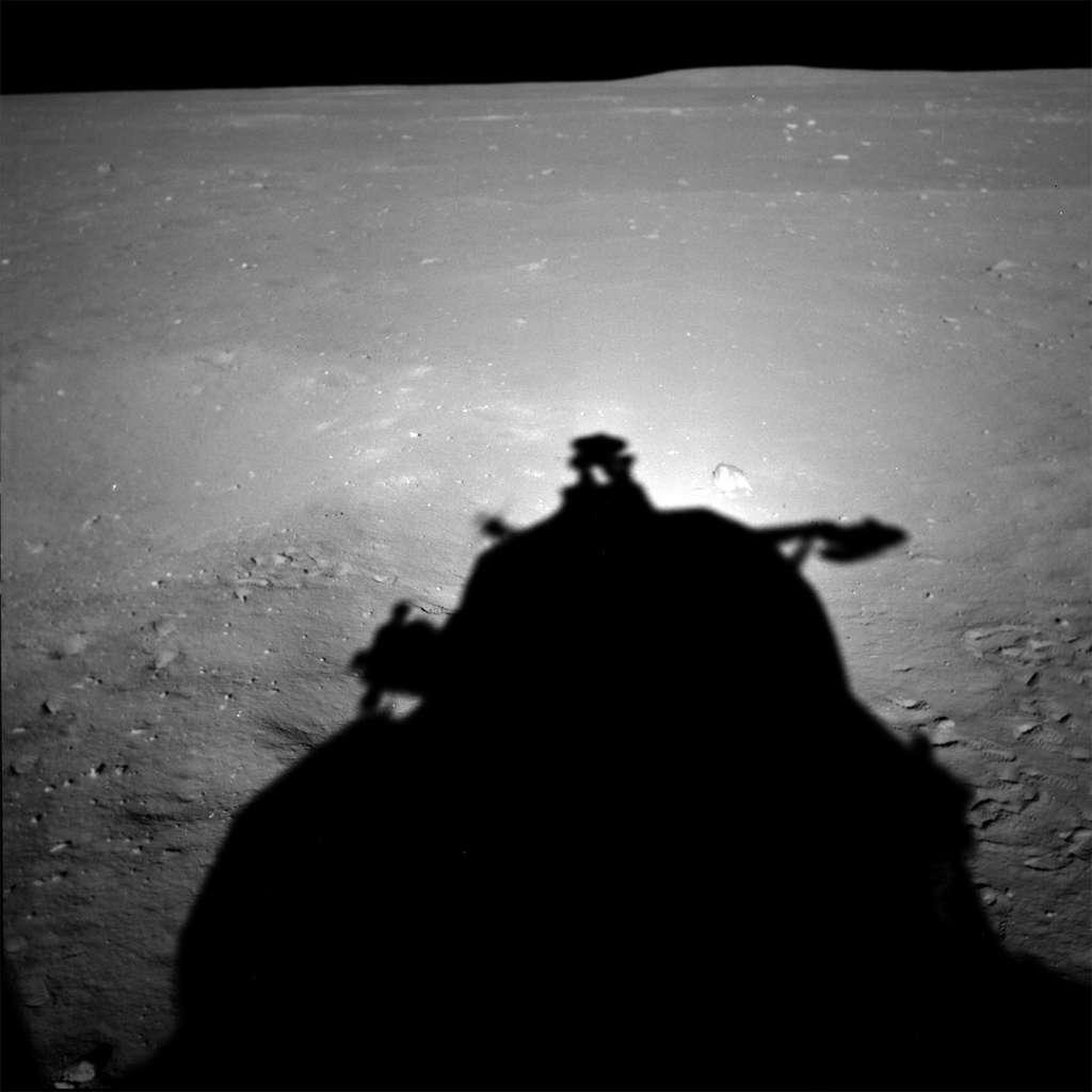 À ce jour, seuls les États-Unis ont été capables d'envoyer des Hommes sur la Lune. Les Soviétiques s'y sont essayés mais sans succès. Avant la fin de la décennie 2030, la Chine pourrait être le deuxième pays à le faire. À l'image, sur la surface lunaire, l'ombre d'un module lunaire Apollo de la Nasa. © Nasa