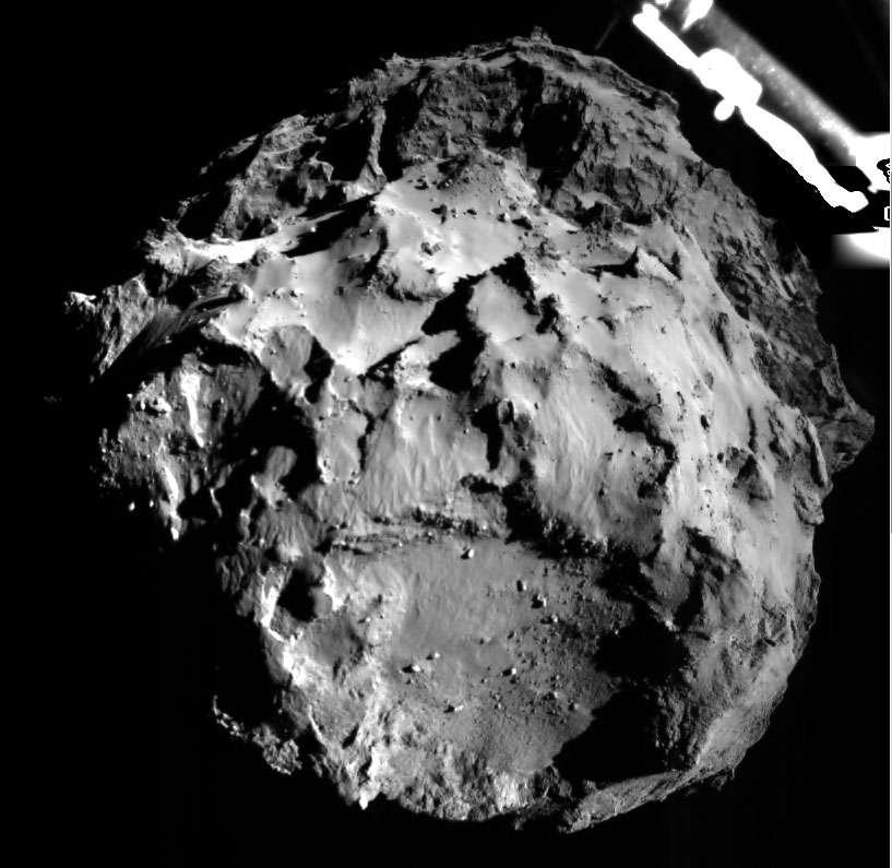 Cette image a été acquise par la caméra de descente Rolis de Philae avant qu'il ne touche le sol, depuis une distance de 3 kilomètres. Elle montre le site d'atterrissage initial de Philae (en bas) et l'on suppose qu'il s'est posé quelque part en haut de l'image sur le lobe de la comète. © Esa//Rosetta/Philae/ROLIS/DLR