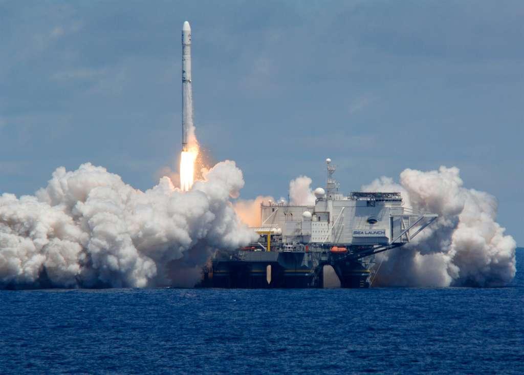 Le retour en vol du Zenit est très attendu. Plus d'un an après son échec, ce système de lancement original (une plateforme en pleine mer proche de l'équateur) joue gros sur ce lancement. Compte tenu du nombre de lanceurs sur le marché, un nouvel échec pourrait être fatal à la société Sea Launch, qui opère ce système de lancement. © Sea Launch