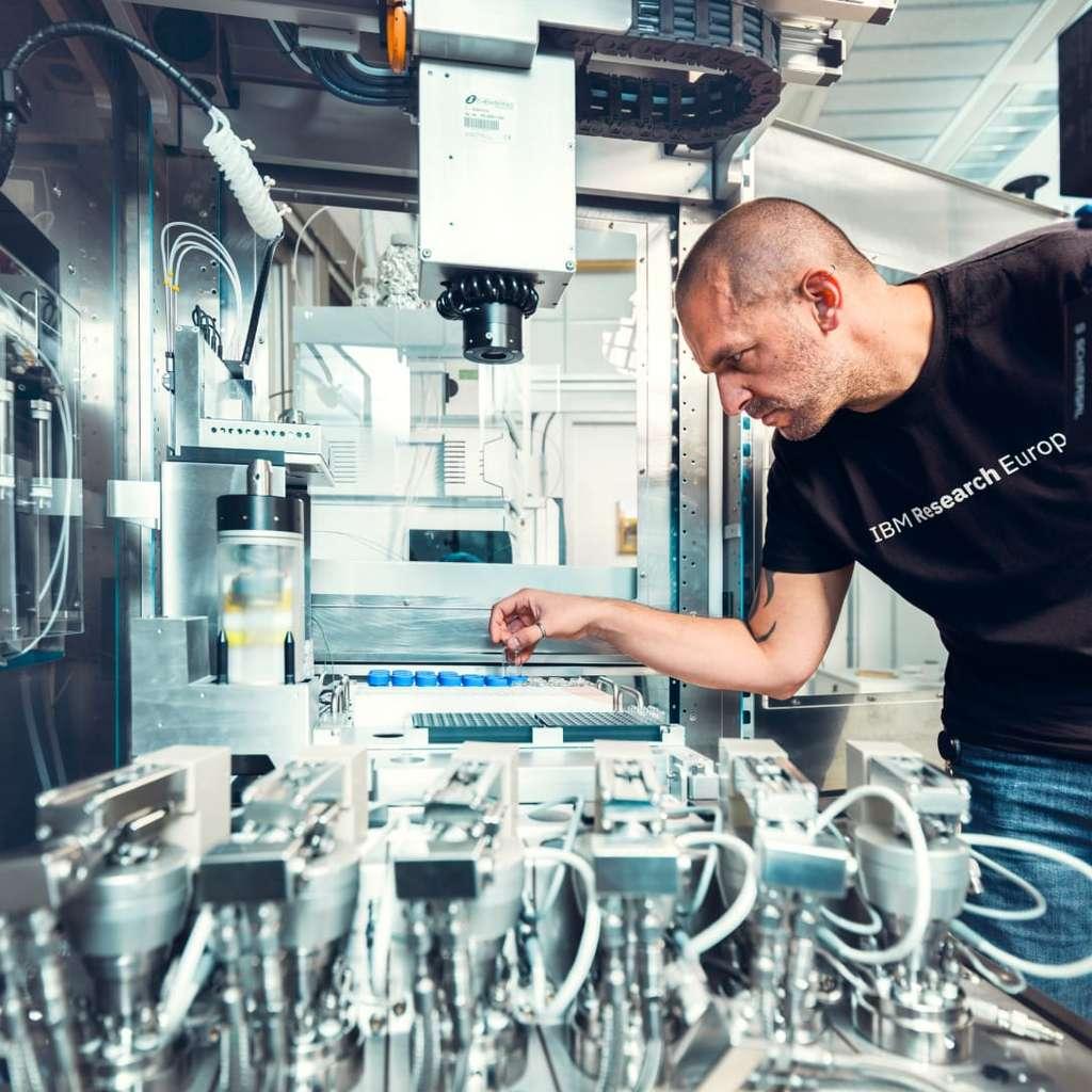Les chercheurs chez IBM comptent sur le cycle de recherche accéléré, basé sur l'IA, l'informatique quantique et les systèmes automatisés. © IBM
