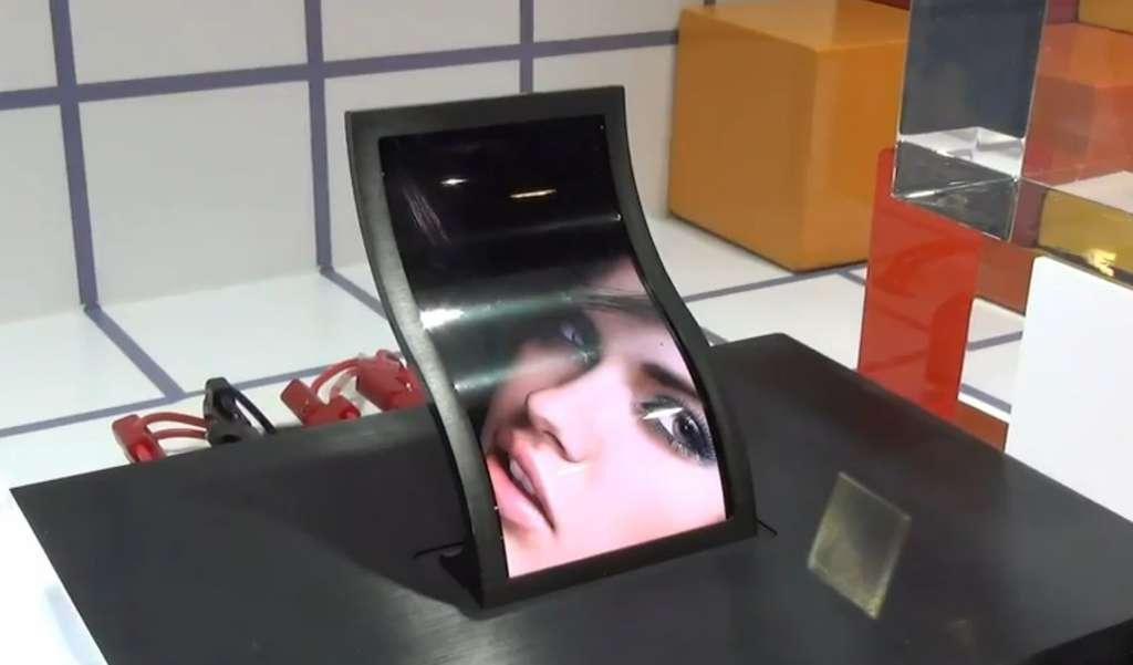 L'écran souple photographié par le magazine Web Engadget sur le stand LG au salon SID 2013. Sa diagonale atteint près de 13 cm (5 pouces) et il n'est épais que d'un millimètre. © Engadget