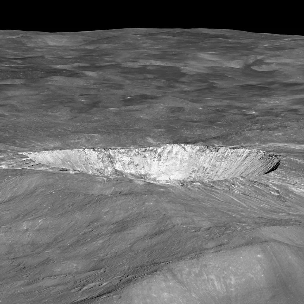L'orbiteur américain LRO a déjà survolé à plusieurs reprises le cratère lunaire Giordano Bruno, invisible depuis la Terre. Les géologues sont bien incapables d'estimer le jeune âge de cette formation, qui pourrait avoir vu le jour il y a plusieurs dizaines de millions d'années ou le 18 juin 1178... © Nasa, GSFC, Arizona State University