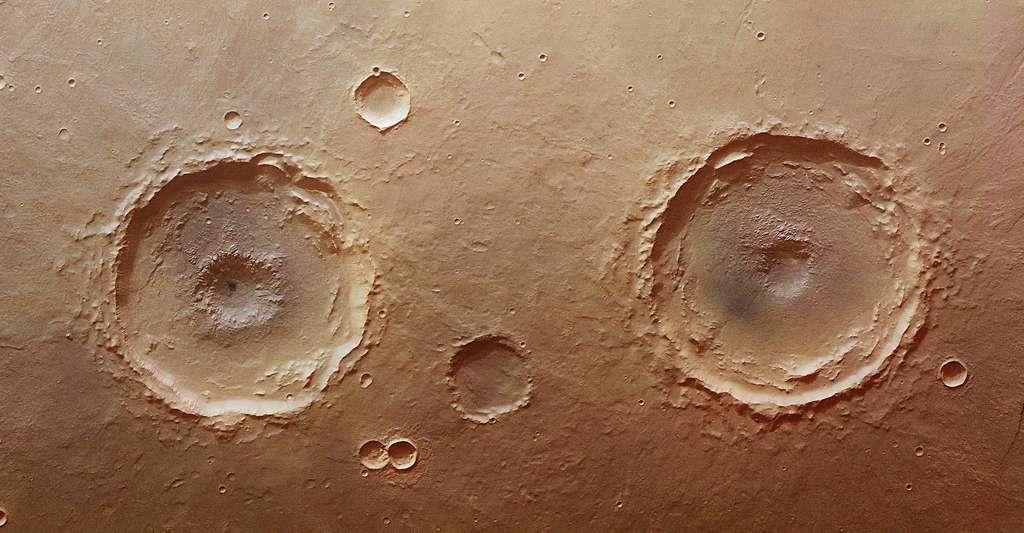 A droite le cratère Arima sur Mars. © ESA/DLR/FU Berlin (G. Neukum) CC BY-SA 3.0 IGO