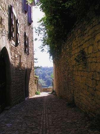 Ruelle - Des ruelles conduisaient rapidement au chemin de ronde pour favoriser la défense du village. © Photo Michel Robert