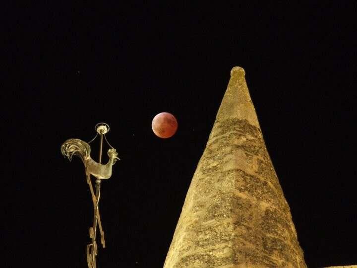 Une éclipse totale de Lune présente toujours une belle couleur orangée provoquée par le passage des rayons solaires à travers l'atmosphère terrestre. Celle-ci diffuse principalement la partie bleue du spectre, ce qui explique le bleu du ciel, puisqu'il ne reste que la partie rouge. © J.-B. Feldmann