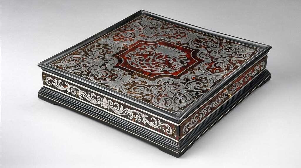 Réalisée au XVIIIe siècle par l'ébéniste allemand Plitzer, la marqueterie complexe de cette somptueuse boîte a été influencée par la technique développée par André-Charles Boulle. © Met Museum