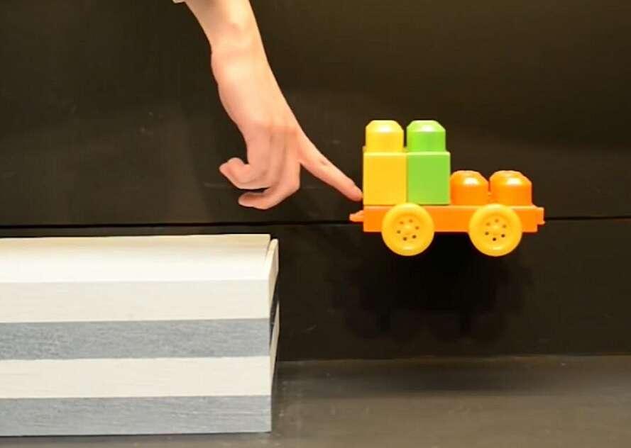 Dans cette expérience, visible sur YouTube, la voiture semble continuer son trajet dans les airs. © Johns Hopkins University, YouTube