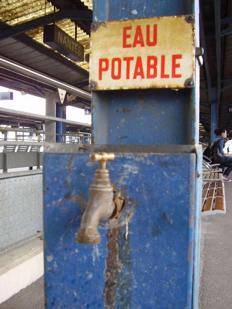Le gaspillage de l'eau potable est énorme. En France, les villes les plus mal notées en la matière sont Nîmes, avec 41 % de l'eau perdue dans les réseaux de distribution, Avignon (35,5 %), Rouen (31,7 %), Amiens (28,7 %) et Toulon (26,7 %). © Whispertome, DP