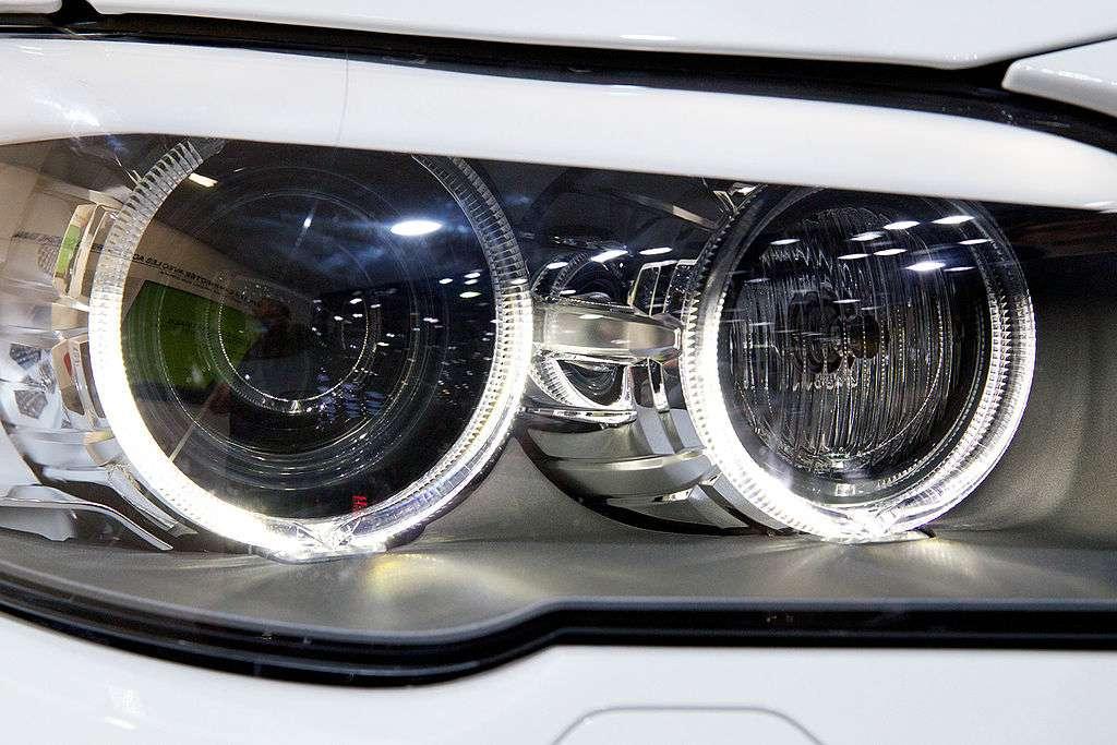 Cette voiture de la marque BMW arbore des Led dans ses feux. © Nozilla, cc by nc 3.0