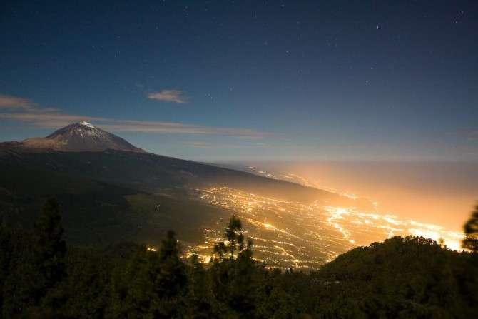 Mise en évidence de la pollution lumineuse sur les versants du volcan Teide, Ténérife, aux îles Canaries. © Cestomano, Flickr, Attribution Common Like 2.0