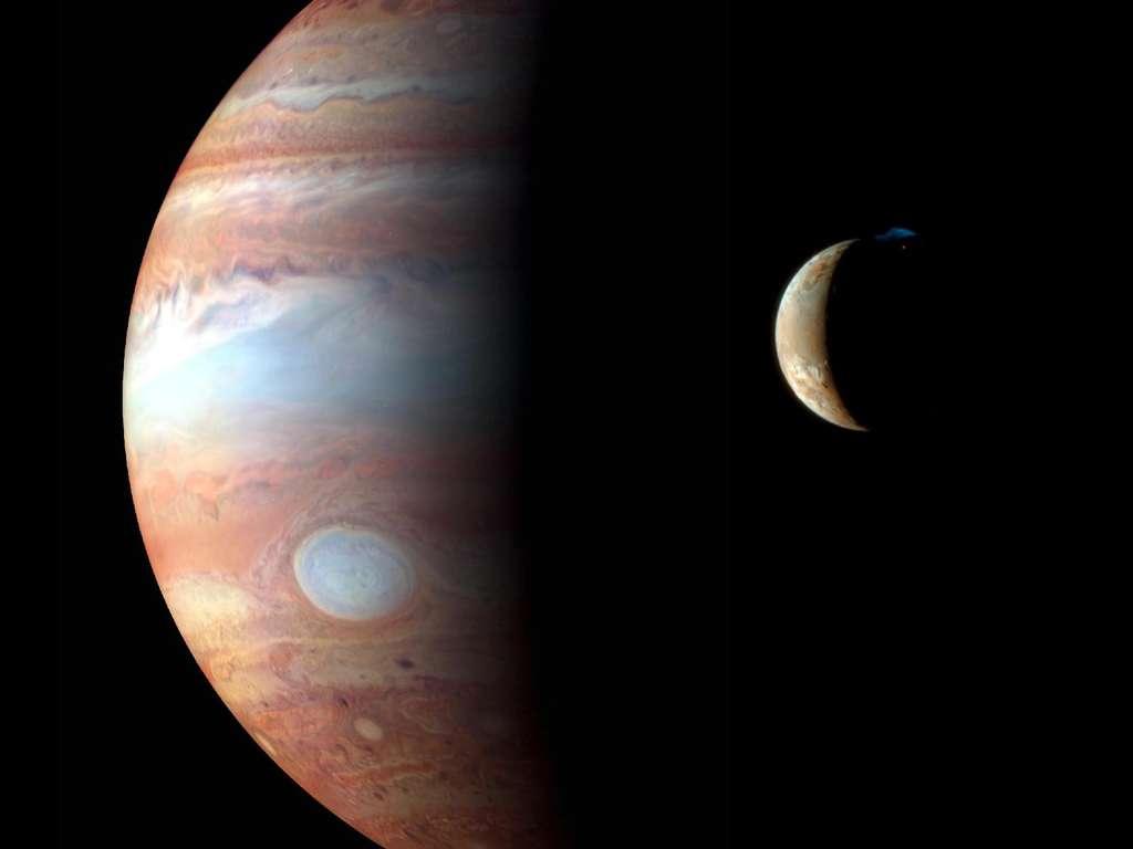 Sur cette image composite, on voit Jupiter, observée dans l'infrarouge par les instruments de New Horizons alors que cette sonde poursuivait son voyage en direction de Pluton. Io est en revanche observée en lumière presque visible. Notez l'éruption au pôle nord de Io, avec son panache bleuté. © Nasa