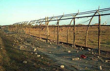 Débris éparpillés au niveau de la clôture du périmètre de sécurité interne du pad de lancement à 500 mètres de distance (partie nord). Crédit Nasa