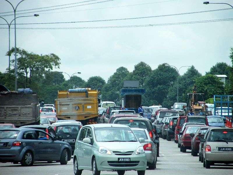 Exemple de bouchon à Pasir Gudang, en Malaisie. Il semblerait que la malédiction de la mauvaise file en voiture ne soit qu'une illusion. © Emrank, CC by 2.0