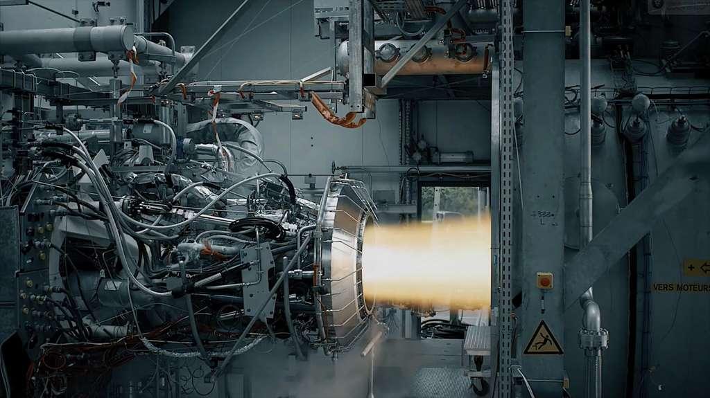 Essai de fonctionnement, sur banc de test, du moteur Vinci de l'étage supérieur d'Ariane 6. Ce moteur ré-allumable a réussi 148 tests de qualification, à l'issue de sa dernière campagne, terminée le 12 octobre 2018. © ArianeGroup