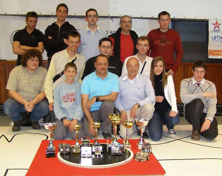 Des enseignants, avec leurs élèves, exposent les différentes coupes remportées lors de la réalisation de minirobots. © Frédéric Giamarchi