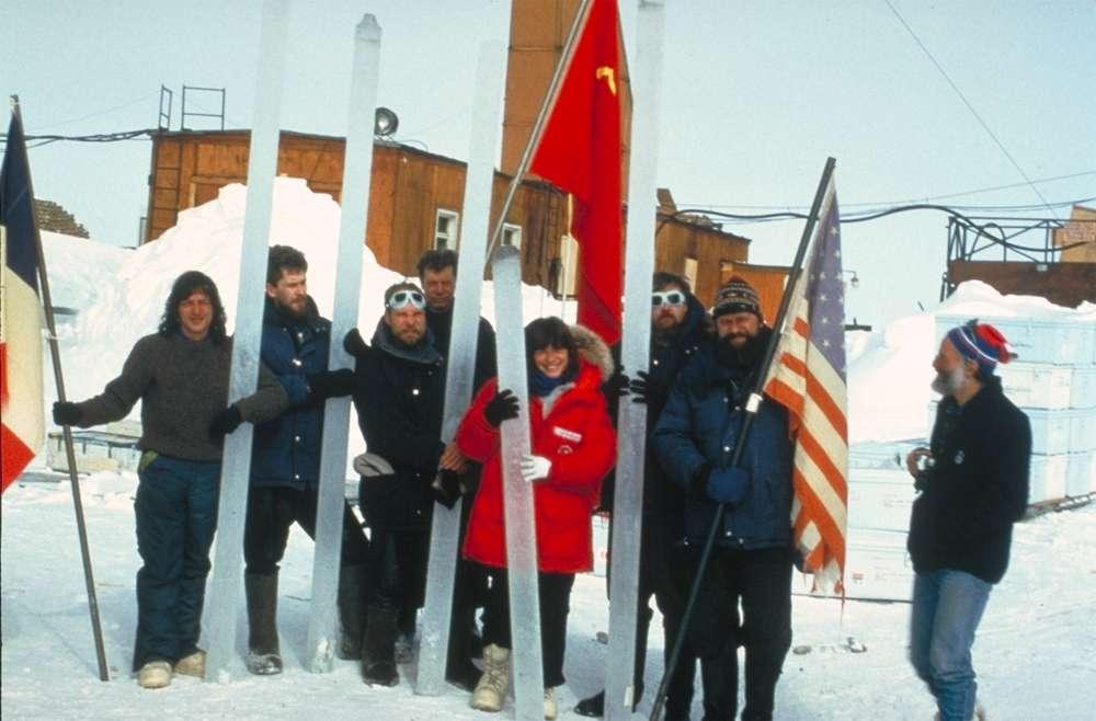 Le lac Vostok a reçu le nom d'une station scientifique russe créée en 1957, sur le côté est de l'Antarctique (78° S, 107° E). À plus de 3.800 m d'altitude, elle est soumise à des conditions extrêmes : en juillet 1983, le thermomètre est descendu à -89,2 °C, officiellement la plus basse température jamais enregistrée sur Terre. À l'image, des chercheurs russes, américains et français présentent des carottes de glace. © Todd Sowers, Wikimedia commons, DP