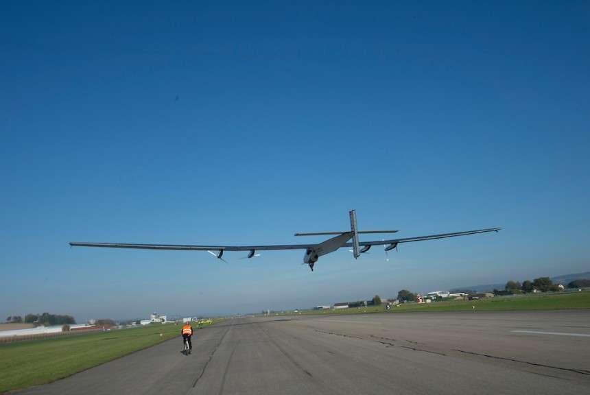 André Borschberg pose l'avion solaire SI2 sur la piste de l'aérodrome de Payerne. Au niveau de la mer, les ailes de cet engin délicat le portent encore à 36 km/h seulement. C'est donc avec une vitesse juste un peu plus élevée qu'il faut l'amener près du sol. En vol, les manœuvres sont limitées et la vitesse par rapport à l'air ne dépasse pas 100 km/h. Mais il ne consomme que les photons du soleil et son autonomie est presque illimitée. © Solar Impule