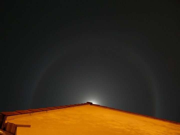 Un halo lunaire provoqué par la réflexion des rayons de la Lune
