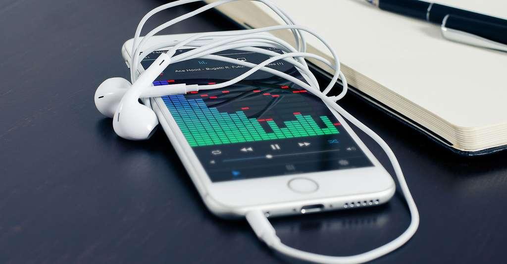 Smartphone avec écouteurs. © FirmBee - Domaine public