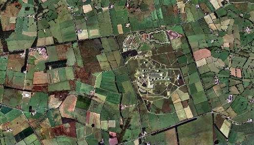 """Vue d'avion du site de Menwith Hill dans le Yorkshire, vu d'avion. 26 """"balles de golf"""" à l'écoute du monde © Documents CND et Multimap"""
