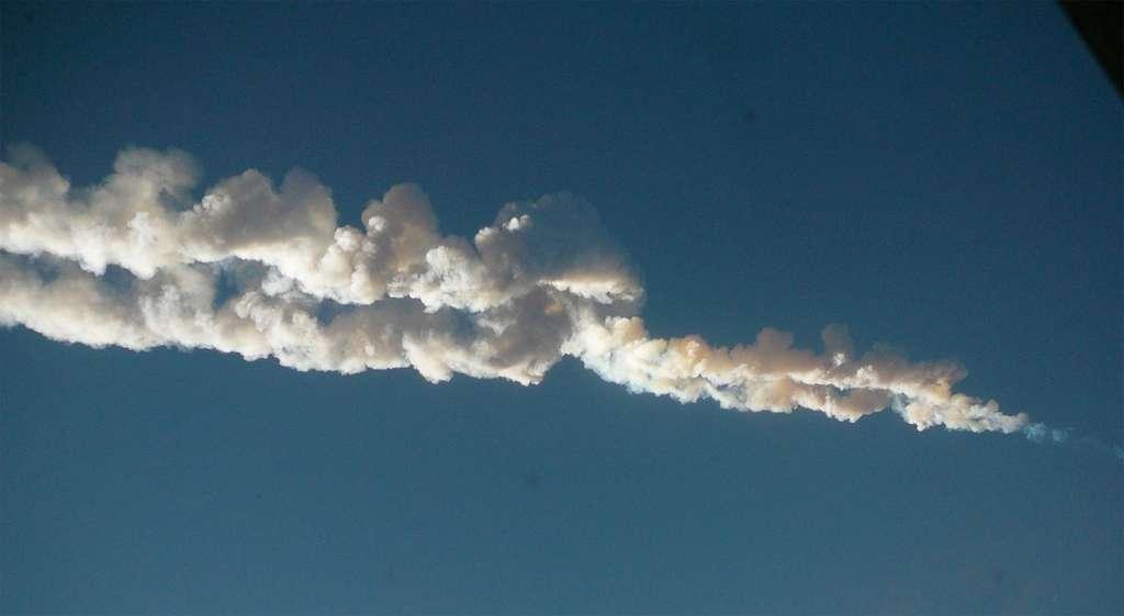 Trace laissée dans le ciel de l'explosion de la météorite dite de Tcheliabinsk survenue en février 2013. © Droits réservés
