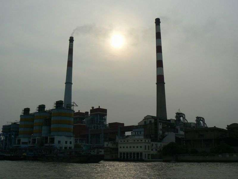 En Chine, en moyenne, une centrale à charbon ouvre presque chaque semaine. Ci-dessus, une centrale sur la rivière Huangpu de Shanghai. En 2011, la Chine était responsable de 46,2 % de la consommation mondiale de charbon. © le ninier, Flickr, cc by nc 2.0