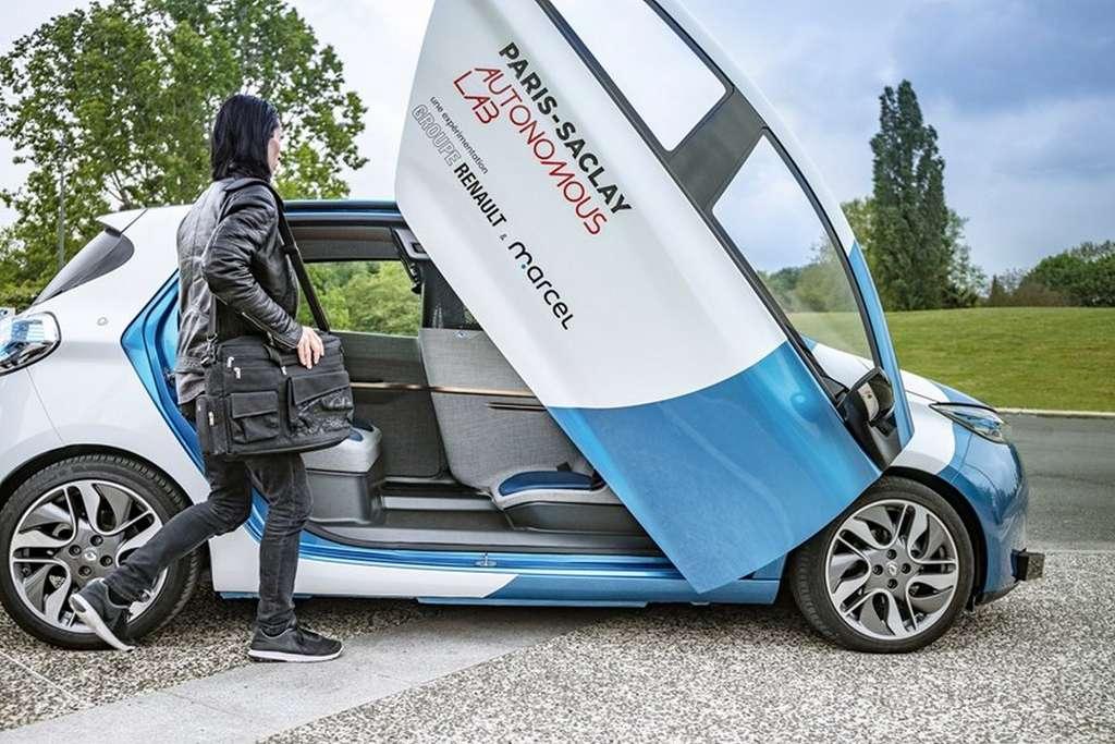 La Zoe Cab de Renault, équipée de sa portière papillon, sera testée sur le campus de Paris-Saclay. © Renault