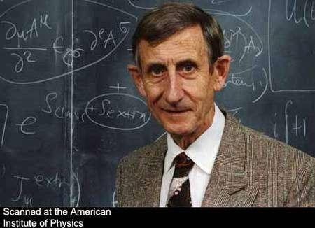 Freeman Dyson devant des calculs d'électrodynamique quantique. Crédit : Emilio Segrè Visual Archives