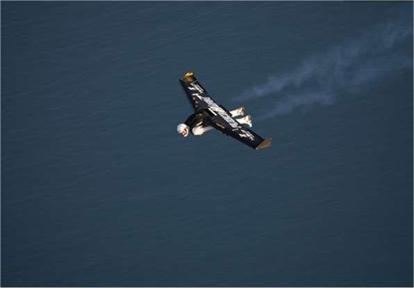 Non ce n'est pas James Bond mais Yves Rossy, qui a mis au point lui-même cette aile volante munie de quatre petits réacteurs. Elle se pilote avec des mouvements du corps et l'atterrissage s'effectue sous parachute. © Y. Rossy