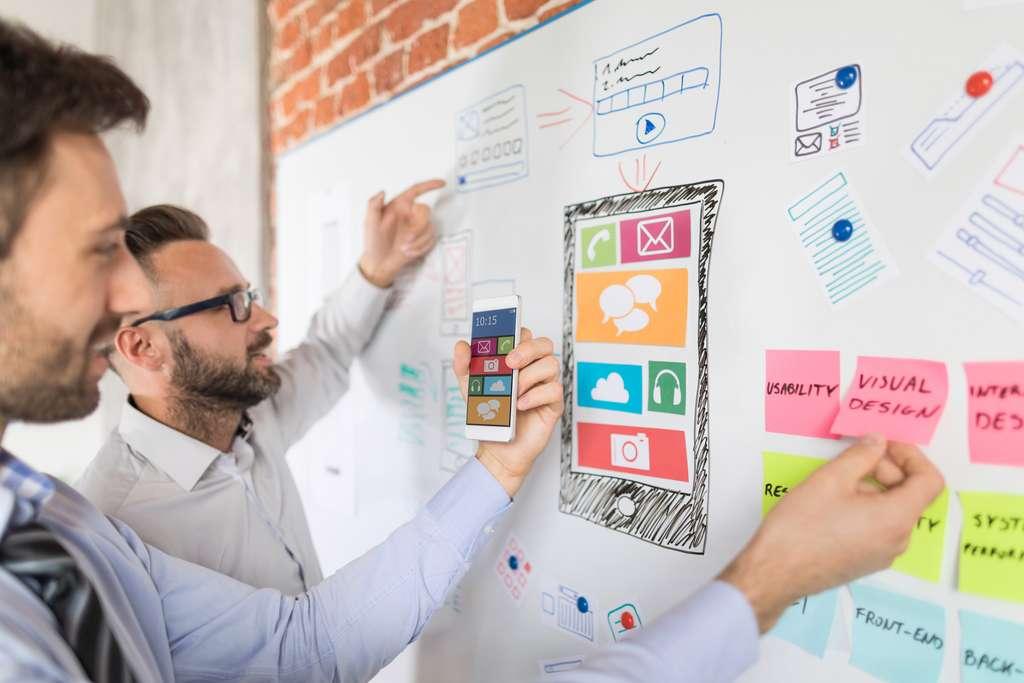 Travaillant en équipe, l'UX designer élabore d'abord une maquette afin d'organiser au mieux les différentes rubriques d'une application ou d'un site web. © REDPIXEL, Fotolia.