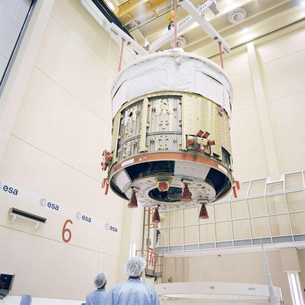 Le module de service SSA (Spacecraft Sub-Assembly) de l'ATV, dont s'inspira l'ESA pour développer celui de l'Orion-MPCV. Ce module abrite notamment le système de propulsion composé de 4 moteurs principaux et de 28 moteurs de manœuvre (dont 8 sont installés sur le module de charge utile ICC qui, lui, est pressurisé). © ESA, S. Corvaja