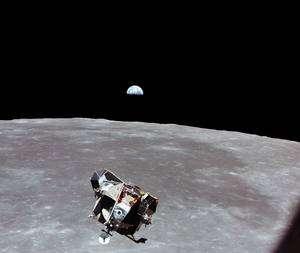 Photographié par Collins, le second étage du LM Eagle s'approche de Columbia pour un rendez-vous en orbite lunaire, avant le retour sur Terre. © Nasa