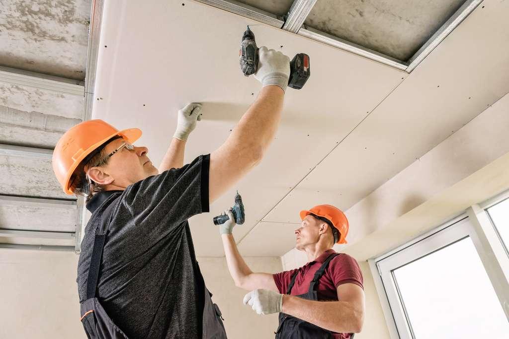 Pose de faux plafond en placo © yunava1, AdobeStock
