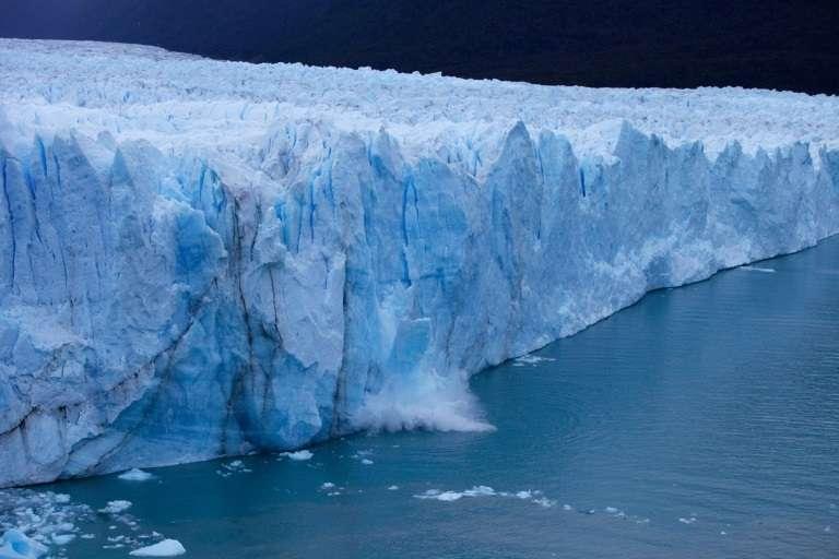 Un morceau de glace se détache du gigantesque glacier argentin Perito Moreno sur le point de se rompre, le 10 mars 2018 dans le parc national Los Glaciares, en Patagonie. © Walter Diaz – AFP