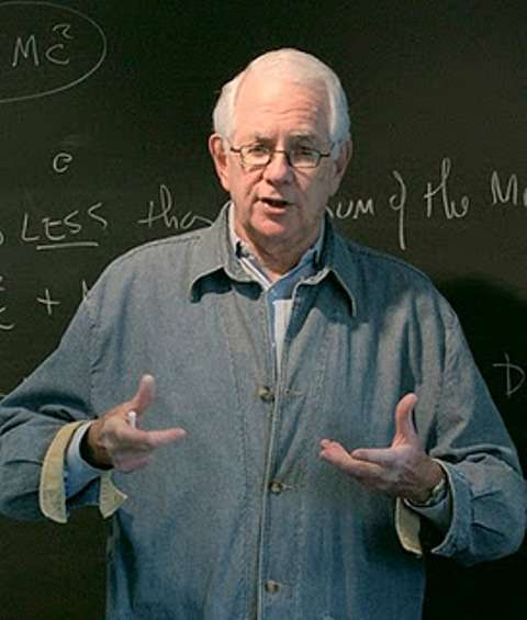 Le prix Nobel de physique Sheldon Glashow a posé au début des années 1960 les bases d'une théorie unifiant la force électromagnétique avec les forces nucléaires faibles. Plus tard elle est devenue le modèle électrofaible de Glashow-Salam-Weinberg. Il contient des généralisations de la charge électrique, dont la charge faible, plus correctement appelée la charge hyperfaible. © Nick Herbert