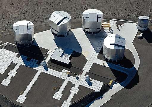 Les quatre télescopes du VLT, de 8,2 m de diamètre chacun, forment ensemble l'équivalent d'un miroir de 16,4 m. © ESO, G. Hüdepohl, Wikimedia Commons, CC by-sa 4,0