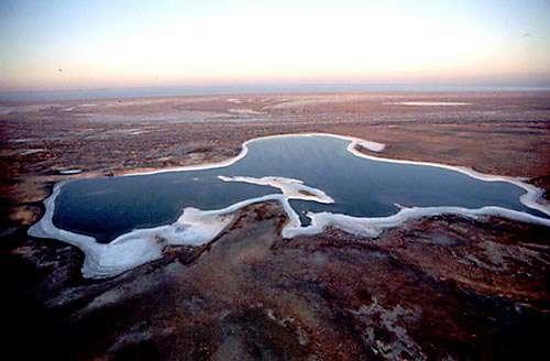 """La mer d'Aral diminue de surface en laissant autour d'elle un désert salé inculte © Yann Arthus Bertrand """"La terre vue du ciel"""""""