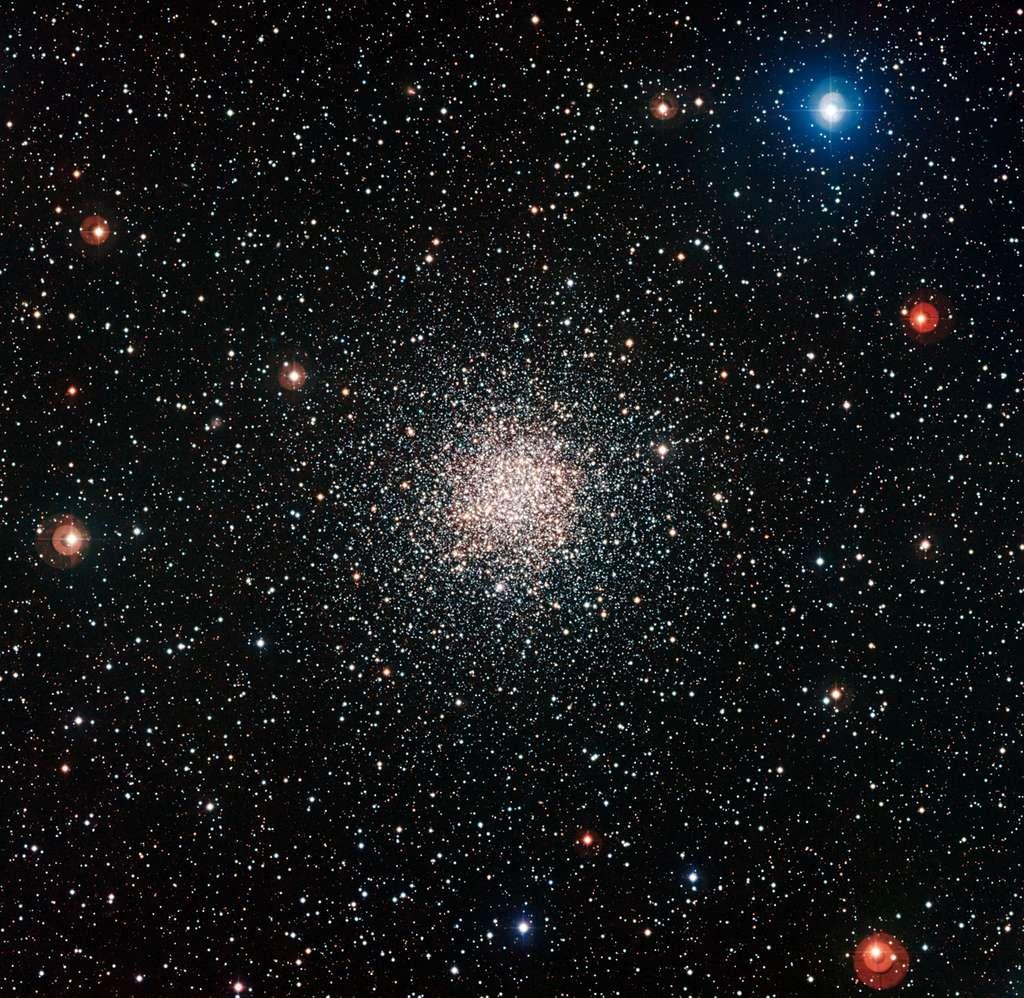 Cette image colorée de l'amas globulaire NGC 6362 a été réalisée par la camera WFI installée au foyer du télescope de 2,2 m MPG/ESO à l'Observatoire de La Silla au Chili. Cette brillante boule de vieilles étoiles se trouve dans la constellation australe de l'Autel. © ESO
